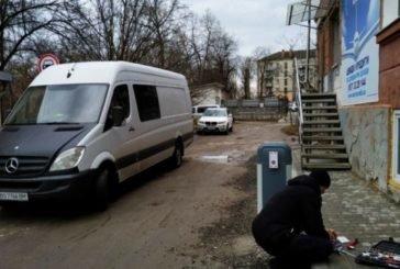 На одній з вулиць Тернополя демонтували незаконно встановлений шлагбаум (ФОТО)