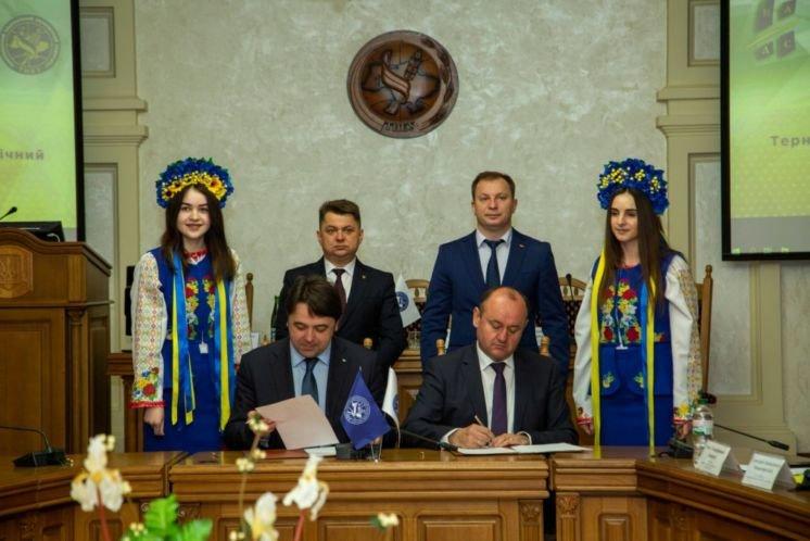 У ТНЕУ – ювілейний випуск магістрів державної служби (ФОТО)