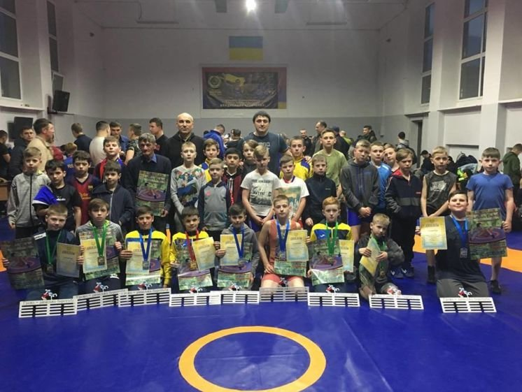 Юні тернопільські борці греко-римського стилю здобули у Рівному дев'ять медалей