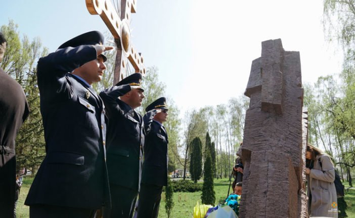 Тернопільські рятувальники вшанували учасників ліквідації наслідків аварії на Чорнобильській АЕС (ФОТО)