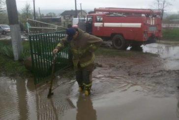 Великодня негода на Тернопільщині: затоплені подвір'я, розмиті дороги і град (фото)