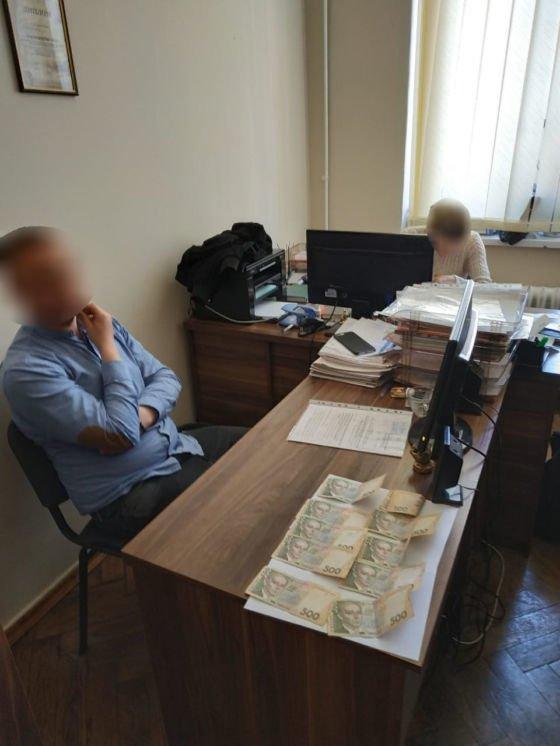 Начальник відділу однієї з міських рад Тернопільщини попався на хабарі (ФОТО)