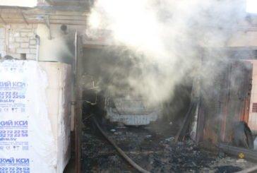 У Тернополі в гаражі згоріло авто (ФОТО)