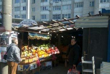 На вулиці Київській демонтують два кіоски, які перешкоджають руху тернополян (ФОТО)