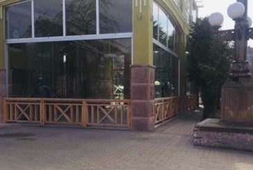 Скляну конструкцію, незаконно облаштовану напершому поверсіготелю «Тернопіль», демонтують