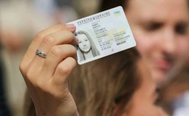 Тернополяни зможуть отримати паспорт у день виборів, але зволікати не варто