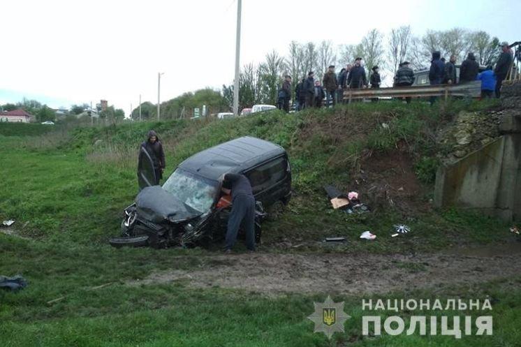 ДТП поблизу Тернополя: внаслідок зіткнення трьох авто до реанімації потрапив водій-порушник (ФОТО)