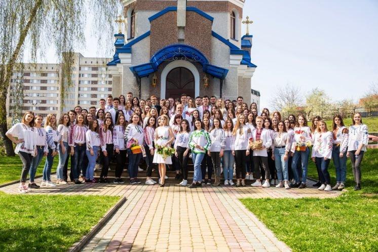 Університетську родину ТНЕУ запрошують надіслати колективні фото у вишиванках й отримати подарунки від ректора (ФОТО)