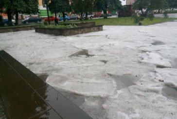 У Збаражі – дощ, град, вода рікою… (ФОТО)