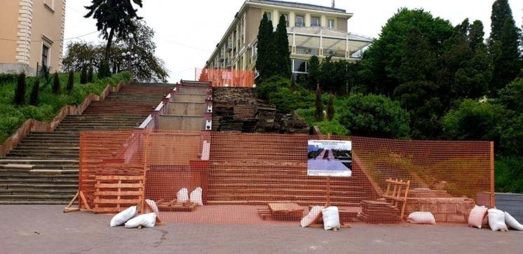 Біля фонтану «Сльози Гронського» у Тернополі вперше за 40 років капітально ремонтують сходи (ФОТО)