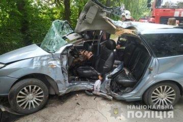 """У Тернополі неподалік """"Дальнього пляжу"""" водій автомобіля врізався у дерево. Двоє молодих чоловіків загинуло (ФОТО, ВІДЕО)"""