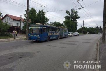 Жінка, яку у Тернополі переїхав тролейбус, померла в лікарні (ФОТО)