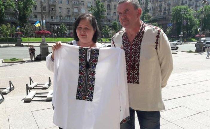 Майстрині Борщівщини вишили і передали сорочку для кримського політв'язня Володимира Балуха (ФОТО)