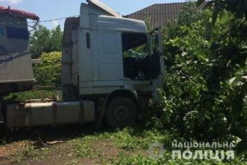 На Тернопільщині водій на вантажівці МАН протаранив огорожу, зніс електроопору та врізався у дерево (ФОТО)