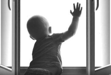У Тернополі з вікна другого поверху випала півторарічна дитина: стан важкий