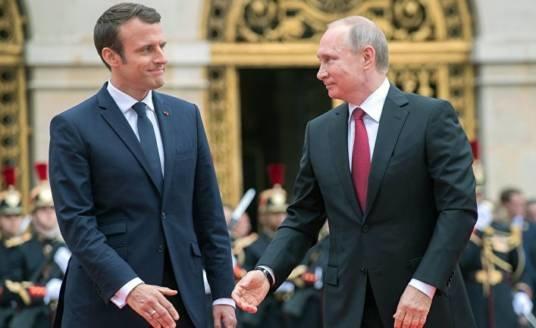 Макрон пообіцяв Путіну приїхати в РФ на День перемоги