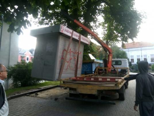 У центрі Тернополя демонтували незаконний кіоск (ФОТО)