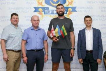 До Тернополя завітав мандрівник, що здійснює пішу подорож з Литви до Грузії (ФОТО)