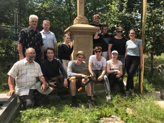 Волонтери з Польщі проводять реставрацію на одному з найстаріших кладовищ Кременця