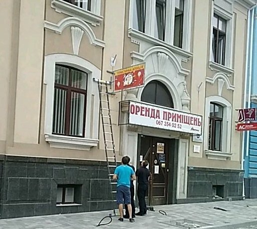У центрі Тернополя демонтували незаконну рекламу (ФОТО)