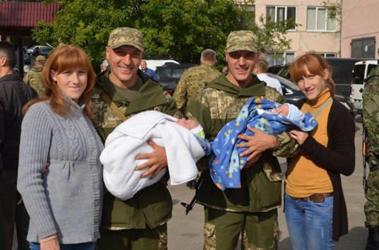 «Коли бачимо їх разом, тоді розрізняємо, а окремо – ні». Як два подружжя тернопільських близнюків захищають Україну (ФОТО)
