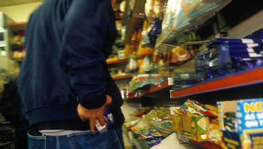 Чоловік – солодощі, жінка – алкоголь: у Тернополі пара злодіїв обкрадала супермаркет