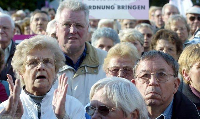 Європейцям постійно підвищують пенсійний вік. Чому?