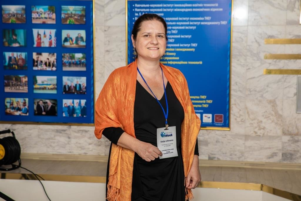 У ТНЕУ діє фотовиставка Каті Ульманн «Жінки у всьому світі за роботою» (ФОТО)