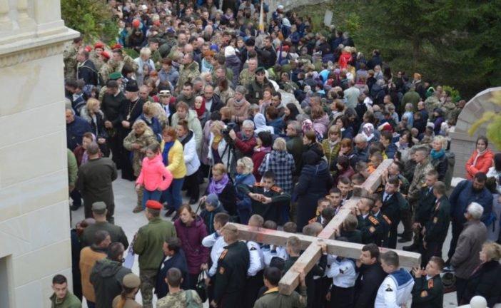 Військова проща у Зарваниці на Тернопільщині зібрала тисячі людей. Молилися з українцями капелани із США (ФОТО)
