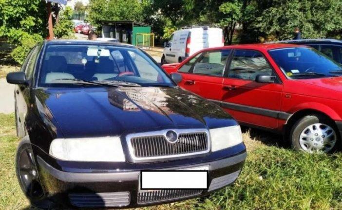 У Тернополі, на вул. 15 Квітня, водії паркують авто на тротуарах та зелених зонах (ФОТО)