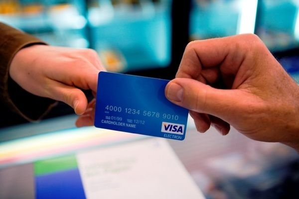Раніше судима тернополянка поцупила гроші з банківської картки нового знайомого