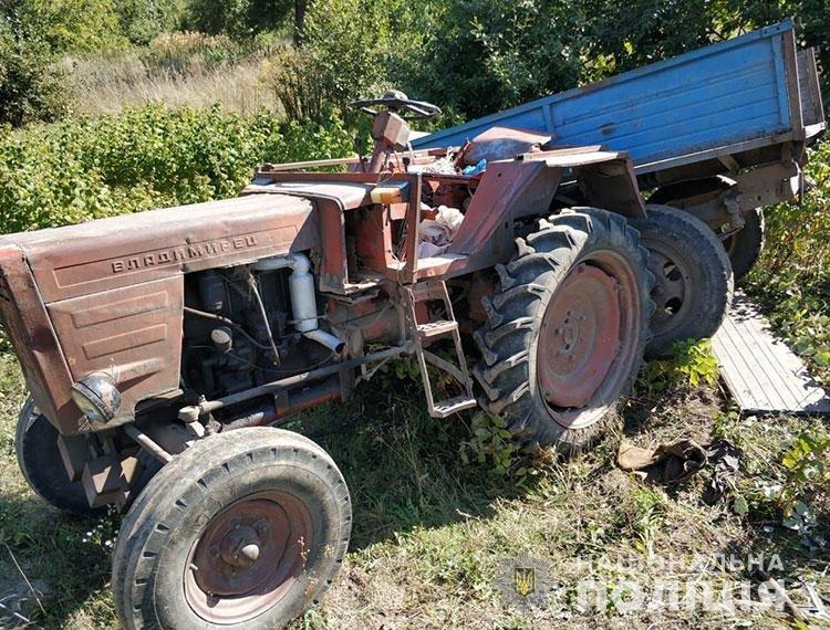 На Кременеччині внаслідок перекидання трактора загинув чоловік