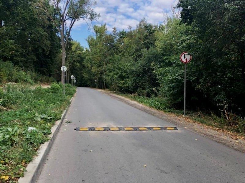На вулиці Чумацькій у Тернополі встановили обмежувачі швидкості, дорожні знаки та дзеркала (ФОТО)