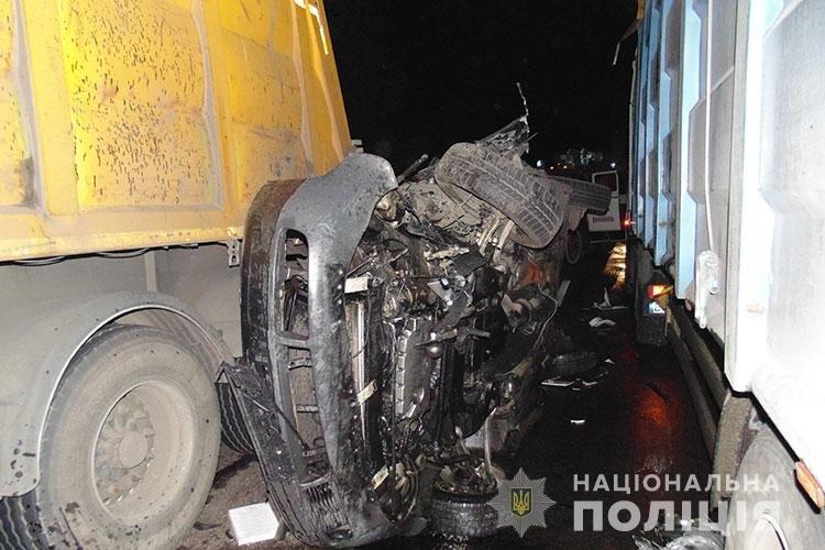 У ДТП на Тернопільщині водій на Audi застряг між двома вантажівками (ФОТО)