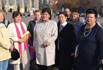 «Рак грудей – не вирок. Головне – не зволікати»: на вулицю Тернополя вийшли жінки, які подолали цю важку недугу
