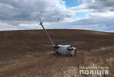 На Тернопільщині легківка вилетіла в поле та врізалась у електроопору (ФОТО)