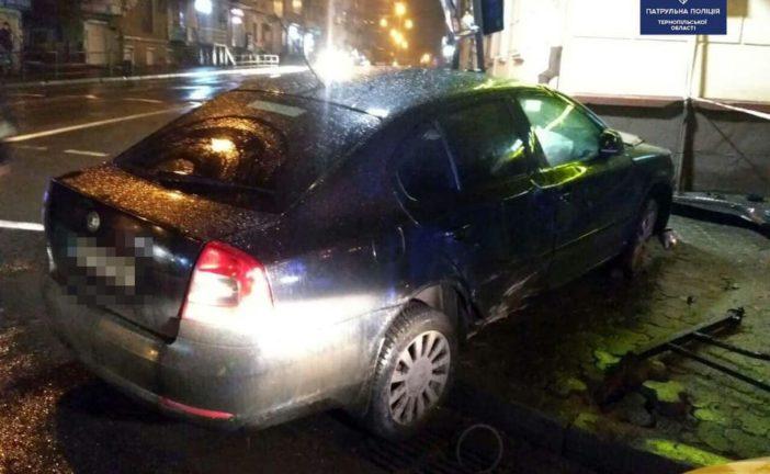 У центрі Тернополя п'яний водій зніс огорожу, світлофор та перекинувся (ФОТО)
