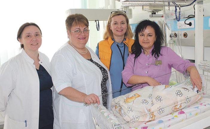 Коли час іде на хвилини, а життя – на грами: у неонатальному центрі Тернопільської обласної дитячої лікарні виходжують важкохворих і крихітних немовлят (ФОТО)