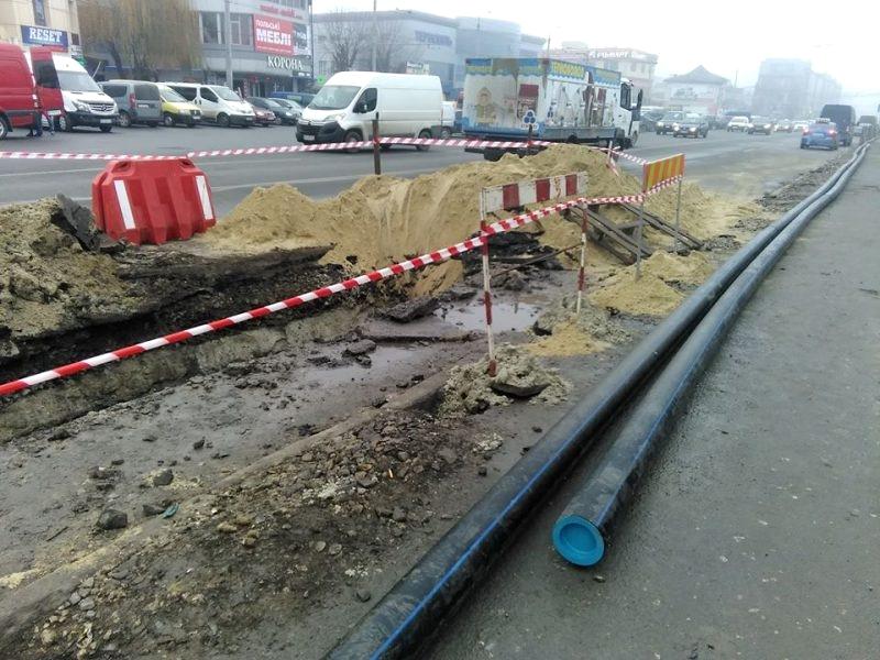 На вулиці Живова у Тернополі проводять заміну аварійної ділянки водопроводу