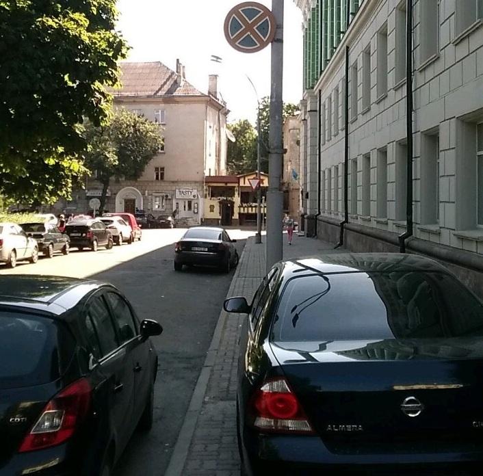 У Тернополі інспектори з паркування винесли понад 4600 постанов: бюджет отримав майже 1 млн грн
