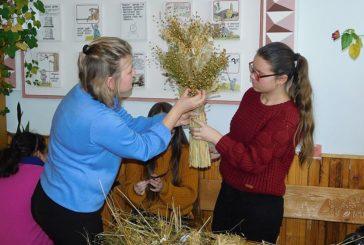 Учні трьох шкіл Гусятинщини вчилися виготовляти символи Різдва - дідухи (ФОТО)