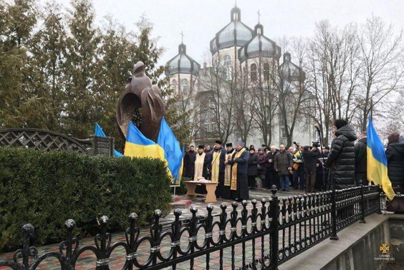 У Козові на Тернопільщині відкрили пам'ятник жертвам Чорнобиля (ФОТО)