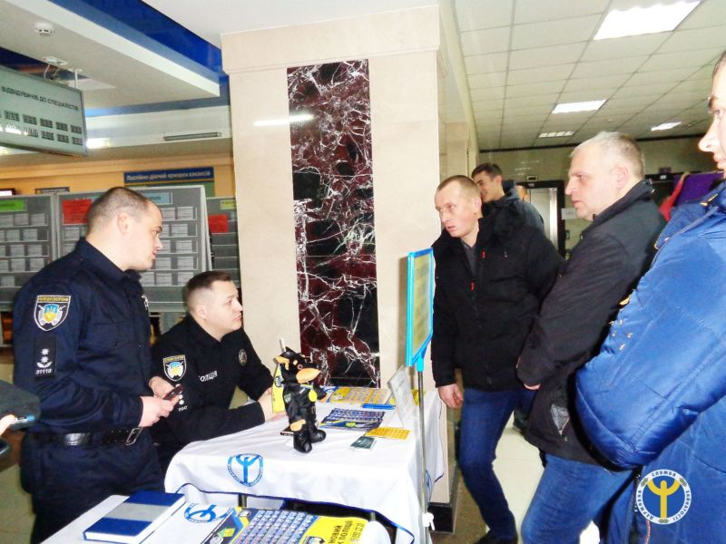 Охоронець, дільничий, оперуповноважений, поліцейський – такі можливості роботи пропонували в Тернополі на ярмарку вакансій (ФОТО)