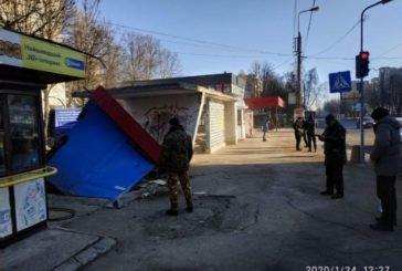 У Тернополі, на зупинці «15 школа», демонтували незаконну «буду» (ФОТО)