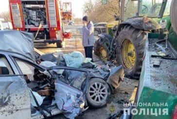 На Тернопільщині водій на іномарці врізався в трактор: від авто залишилась купа металобрухту, троє людей у лікарні (ФОТО)
