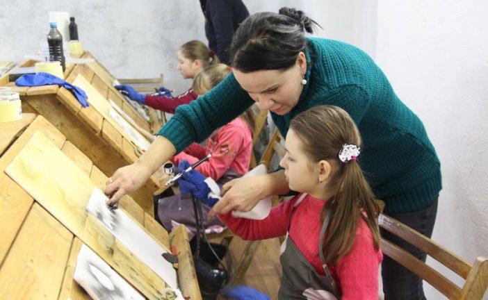 У Зарваниці на Тернопільщині талановита художниця з Латвії навчає дітей унікальної техніки сучасного мистецтва (ФОТО)