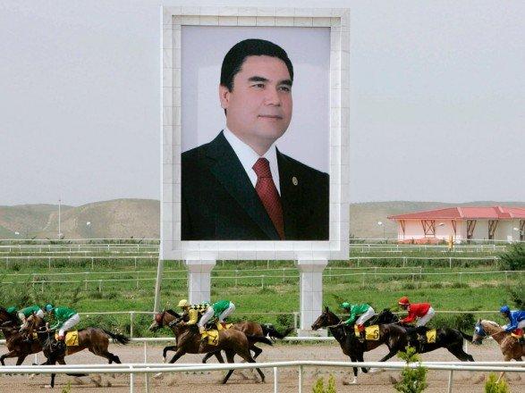 У Туркменістані чиновникам старше 40 років наказали стати сивими