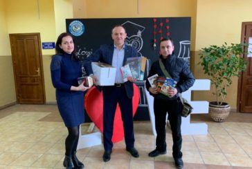 Працівники бібліотеки ім. Л. Каніщенка ТНЕУ разом із військовими передали книги для евакуйованих із Китаю (ФОТО)