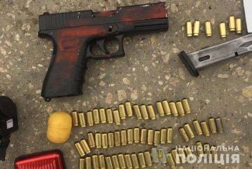 У Чорткові на Тернопільщині в салоні автомобіля «Крайслер» поліцейські виявили зброю та наркотики