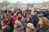 У Микулинцях на Тернопільщині протестують проти розміщення на території громади евакуйованих українців з Китаю (фото)